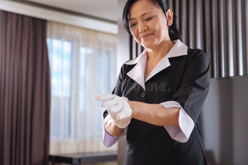 Blij opgetogen hotelmeisje die voorbereidingen treffen te werken royalty-vrije stock afbeeldingen