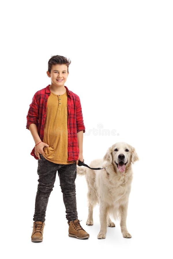 Blij weinig jongen met een hond stock afbeeldingen