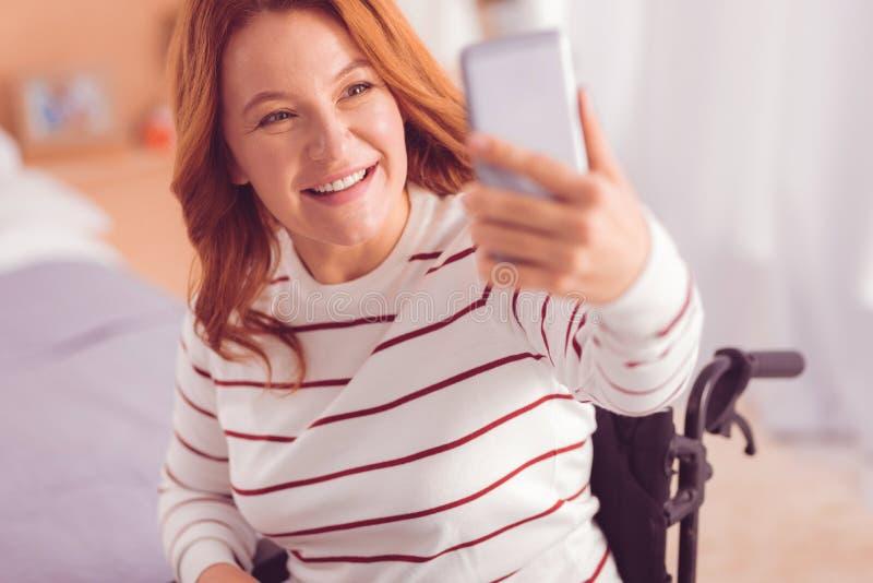 Blij wheelchaired vrouw het maken selfies royalty-vrije stock foto