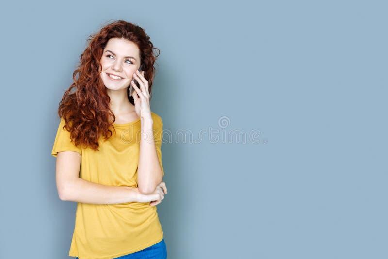 Blije aantrekkelijke vrouw die een telefoongesprek hebben royalty-vrije stock fotografie
