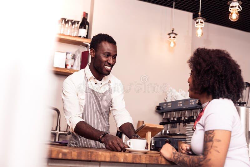 Blije aardige mensen dienende koffie aan de klant stock afbeelding