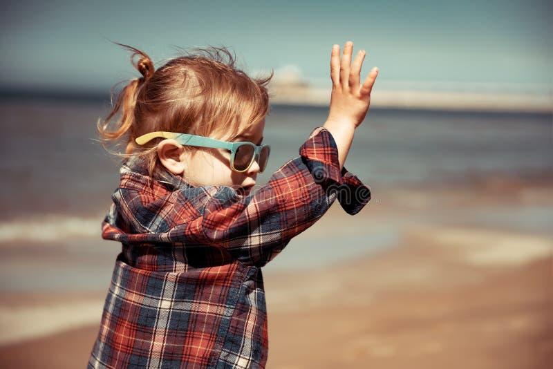 Blije baby op het strand royalty-vrije stock afbeeldingen
