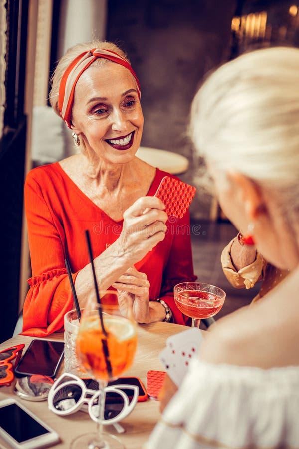 Blije elegante vrouw met heldere kleurrijke make-up royalty-vrije stock foto's