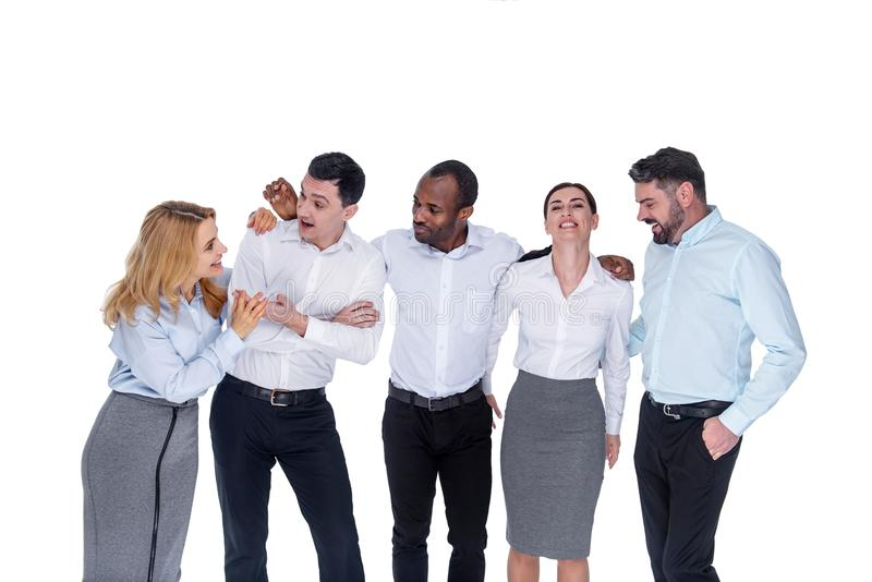 Blije en medewerkers die glimlachen spreken stock afbeelding