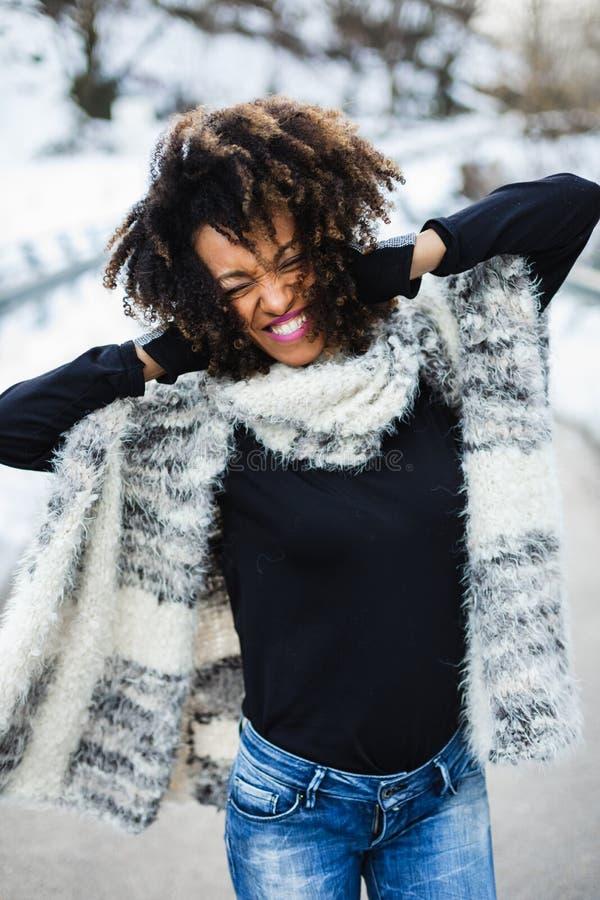Blije expressieve vrouw in de winter openlucht royalty-vrije stock foto's