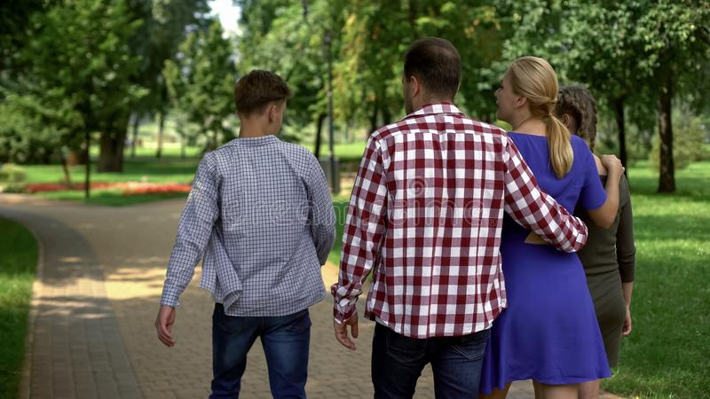 Blije familie die in centraal park, het besteden weekend samen lopen, het rusten stock afbeelding