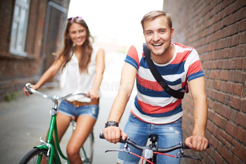 Blije fietsers stock foto's