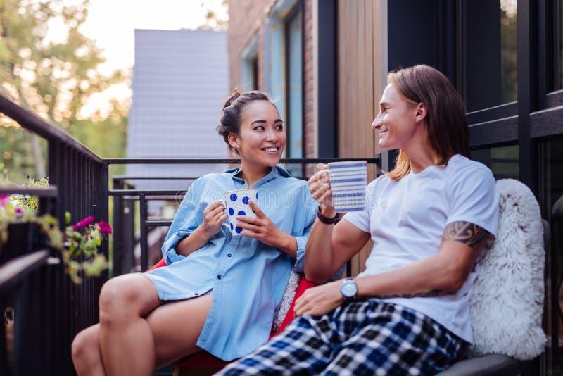 Blije gelukkige aardige paar het drinken koffie samen royalty-vrije stock afbeelding