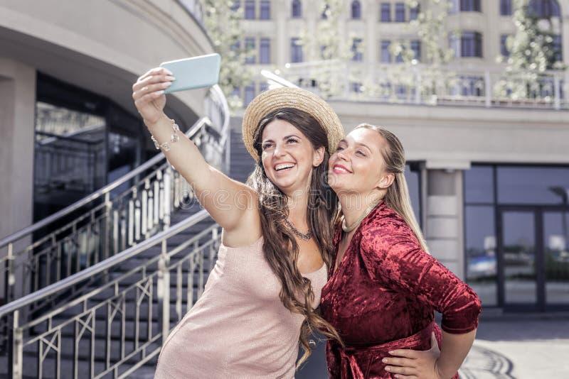 Blije gelukkige jonge vrouw die haar smartphone houden royalty-vrije stock foto