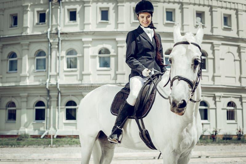 Blije gelukkige vrouw die haar paard bekijken royalty-vrije stock foto's
