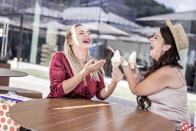 Blije gelukkige vrouw die op haar vriend richten stock afbeelding