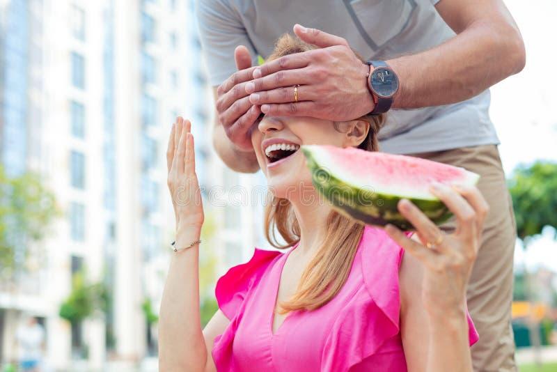 Blije gelukkige vrouwenzitting met behandelde ogen stock fotografie