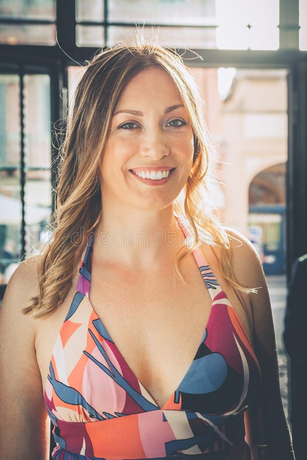 Blije glimlachende vrouw Mooie verblindende glimlach royalty-vrije stock afbeelding
