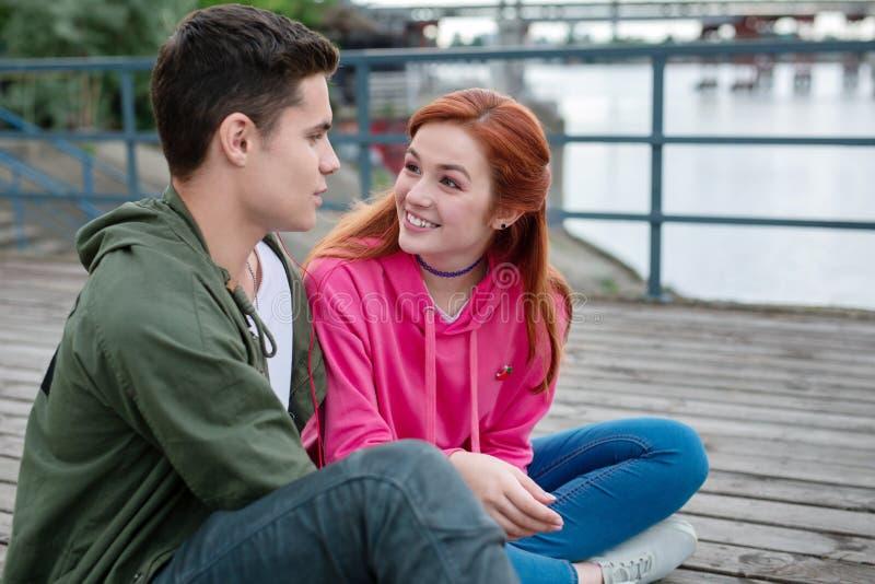Blije jonge vrouw die haar vriend bekijken stock afbeeldingen