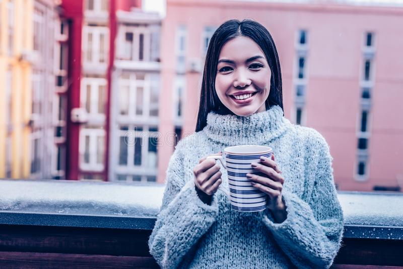 Blije jonge vrouw die zich met een kop bevinden royalty-vrije stock foto