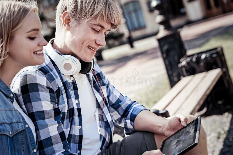Blije jongeren die een tablet gebruiken stock afbeelding