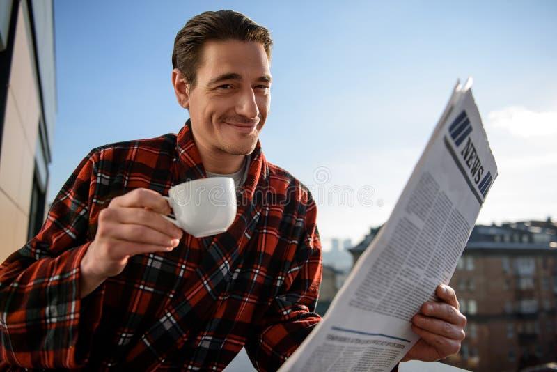 Blije kerellezing nieuws en het drinken koffie buiten stock foto
