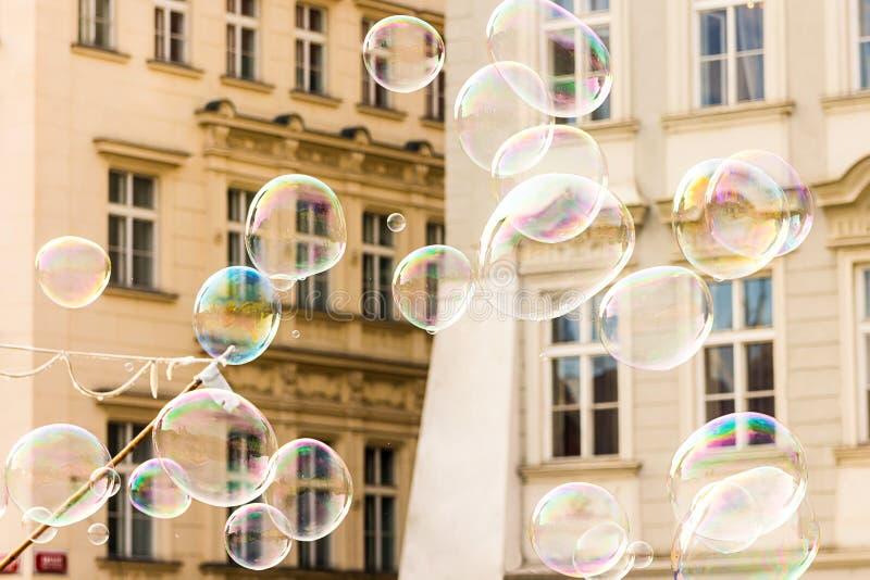 Blije kleurrijke partijen als achtergrond van transparante zeepbelsachtergrond van een voorgevel van een Europese huispartijen va royalty-vrije stock afbeeldingen