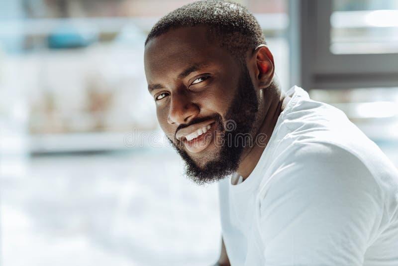 Blije knappe afro Amerikaanse mens die voor de camera glimlachen royalty-vrije stock foto's