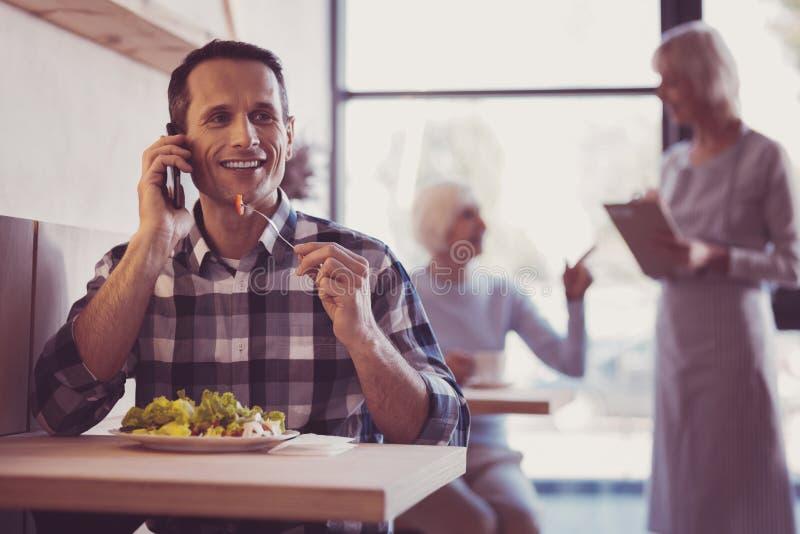 Blije knappe en mens die eten communiceren royalty-vrije stock foto's