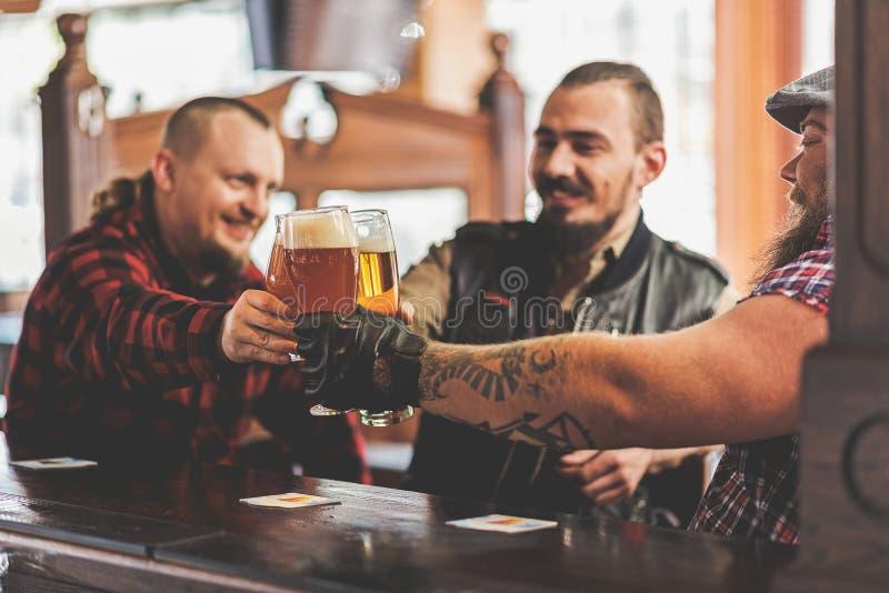Blije mannetjes die in bar drinken stock foto