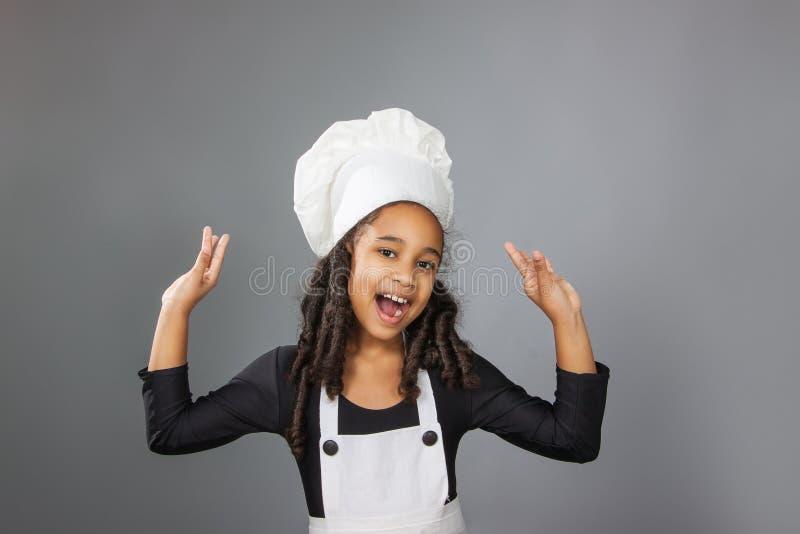 Blije meisjechef-kok die o.k. teken tonen royalty-vrije stock fotografie
