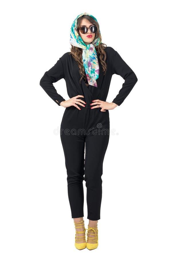Blije mooie manier modieuze vrouw met sjaal en zonnebril stock foto