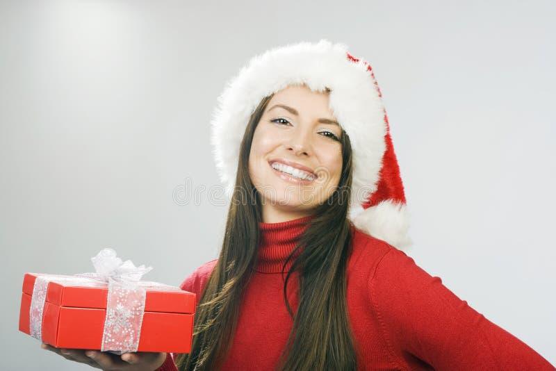 Blije mooie vrouw met aanwezige Kerstmis royalty-vrije stock fotografie