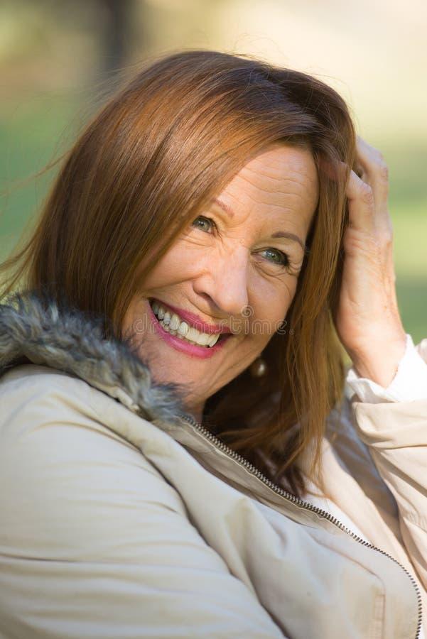 Blije ontspannen aantrekkelijke rijpe vrouw stock fotografie