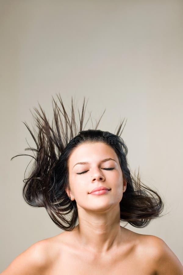 Blije ontspannen brunette met stromend haar. stock afbeeldingen