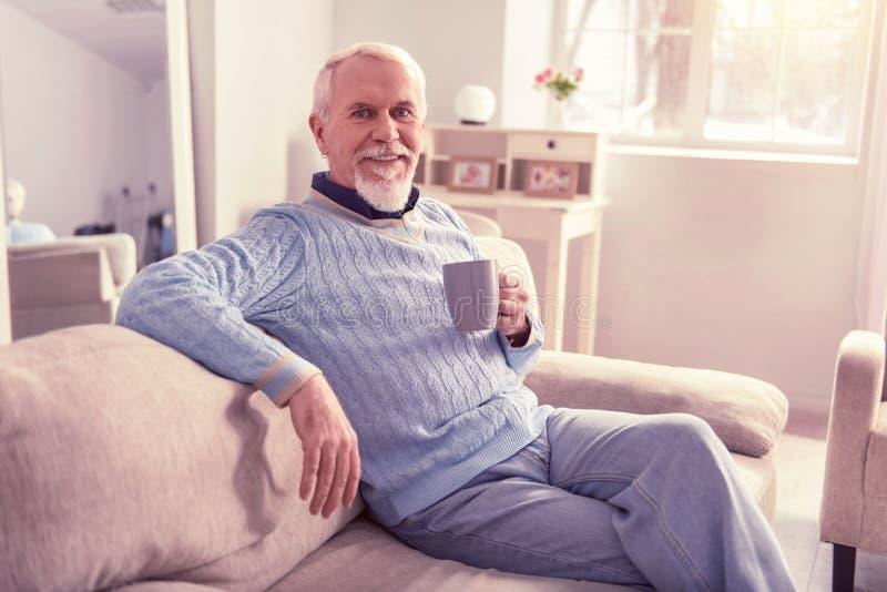 Blije oudere mensen die op zijn laag rusten stock foto