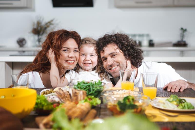 Blije ouders en dochter die gezonde lunch hebben samen royalty-vrije stock foto's