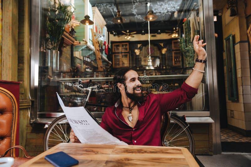 Blije positieve mens die een krant houden royalty-vrije stock afbeeldingen