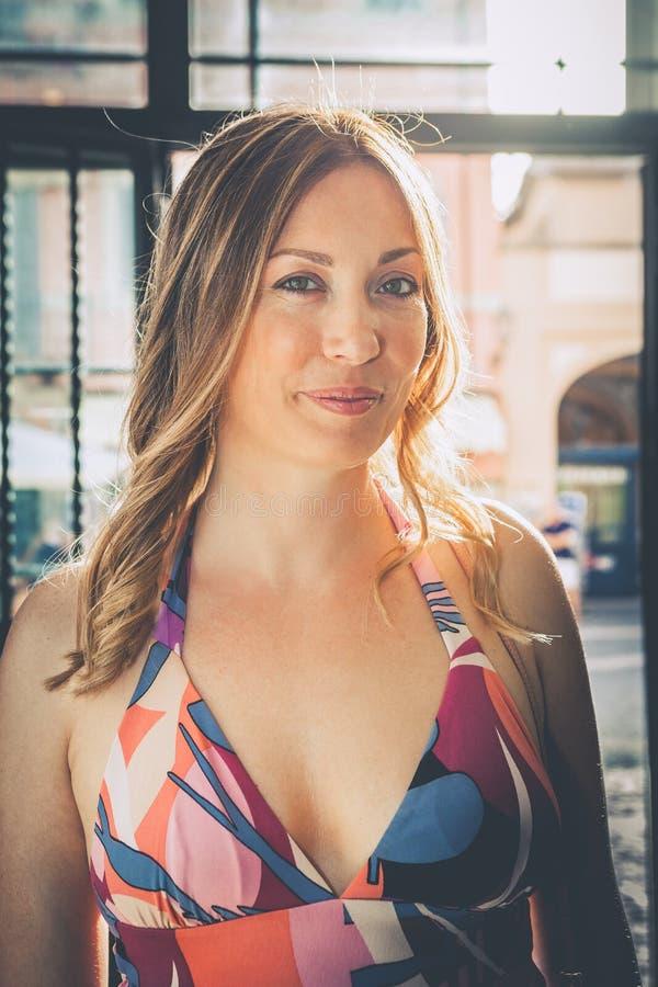 Blije positieve vrouw Mooie glimlach royalty-vrije stock fotografie