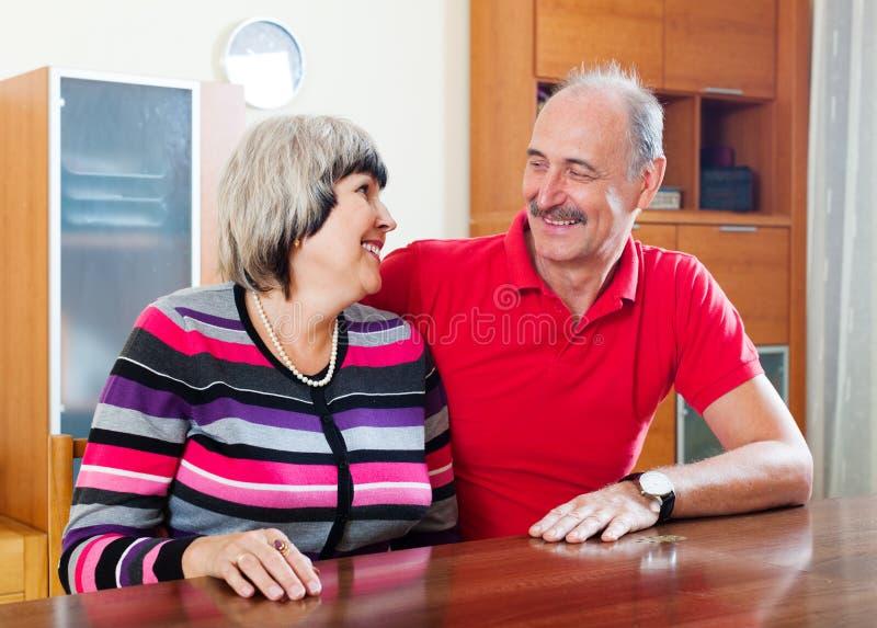 Blije rijpe vrouw met echtgenoot stock foto's