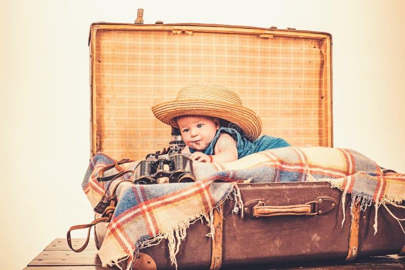 Blije stemming Familie Kinderverzorging Klein meisje in koffer Het reizen en avontuur Portret van gelukkig weinig kind royalty-vrije stock afbeeldingen