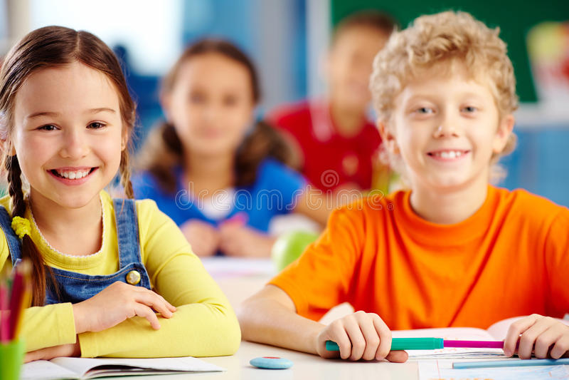 Blije studenten stock afbeeldingen