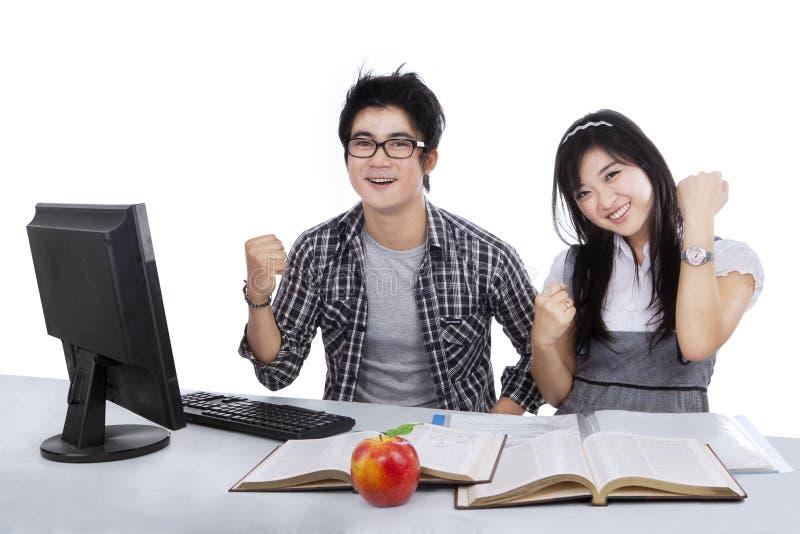 Blije studenten die succes 2 uitdrukken royalty-vrije stock foto