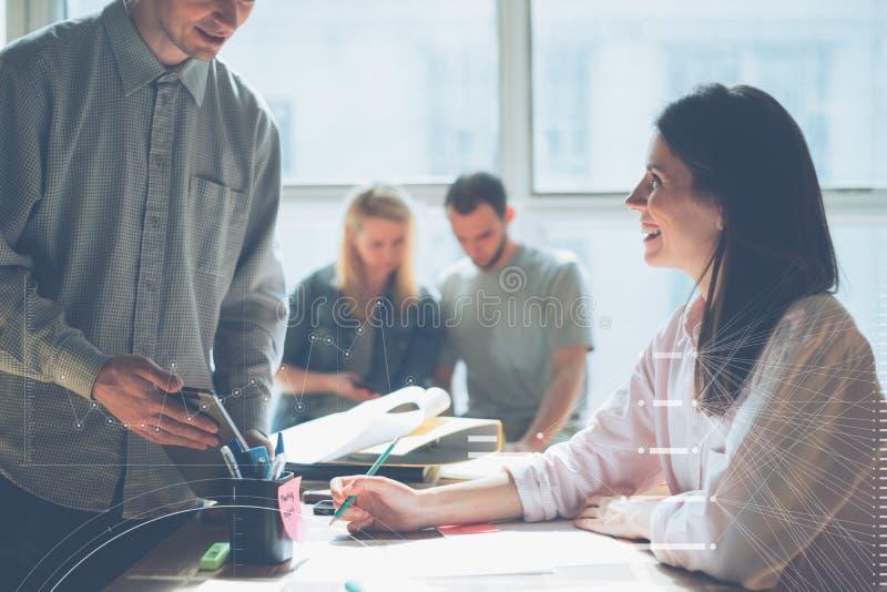 Blije teambrainstorming Het nieuwe marketing plan onderzoeken Administratie op de lijst, laptop en de mobiele telefoon stock afbeelding