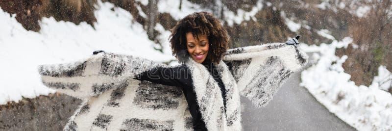 Blije vrouw in de winter openlucht royalty-vrije stock fotografie
