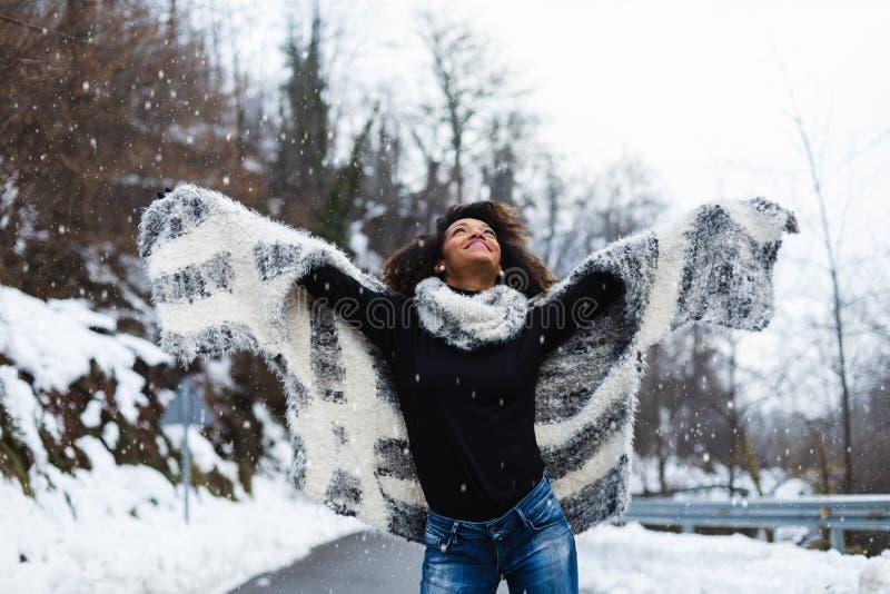 Blije vrouw in de winter openlucht stock foto
