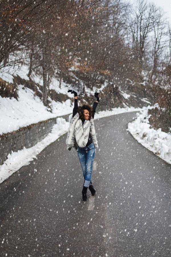 Blije vrouw in de winter openlucht royalty-vrije stock foto