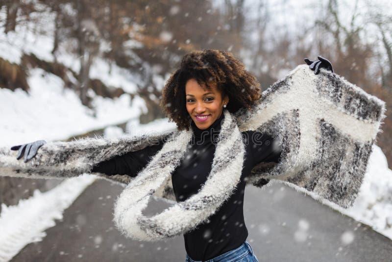 Blije vrouw in de winter openlucht royalty-vrije stock foto's