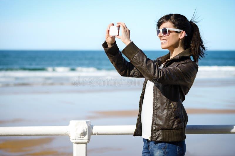 Vrouw op vakantie die foto nemen stock afbeelding