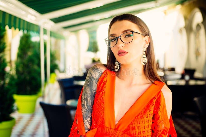 Blije vrouw die manierblog handhaven de de de zomermanier en schoonheid zien eruit Modieus en in studentenmeisje tatoegering sexy royalty-vrije stock afbeelding