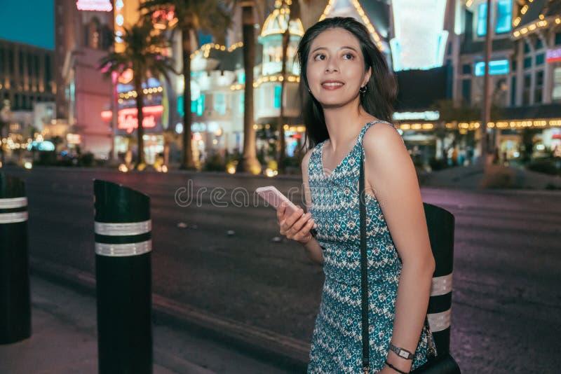 Blije vrouw die online kaart app op de weg gebruiken royalty-vrije stock afbeelding