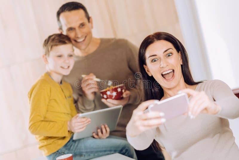 Blije vrouw die selfie van haar familie nemen stock afbeelding