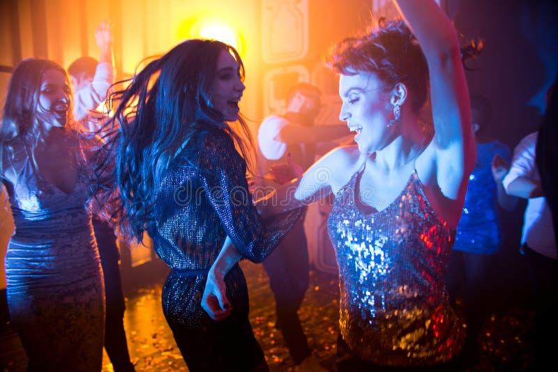 Blije Vrouwen op Dance Floor royalty-vrije stock afbeeldingen