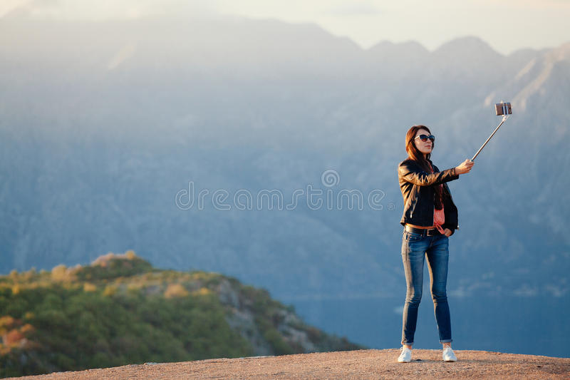 Blije vrouwenreis en foto selfie royalty-vrije stock foto