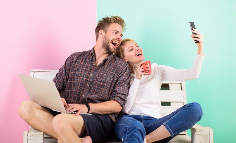 Blijf familie videovraag in contact Videovraagkans Laptop en smartphone van het mensenmeisje Mededeling zonder barrières royalty-vrije stock foto